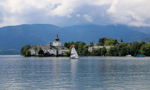 """Zdjecie AUSTRIA / - / Gmunden / zamek """"Schloss Orth""""  na jeziorze Traunsee"""