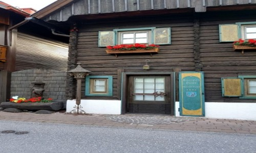 Zdjęcie AUSTRIA / kraj związkowy Styria / Ramsau am Dachstein / Niebieskie drzwi ;)zabytkowego domu.
