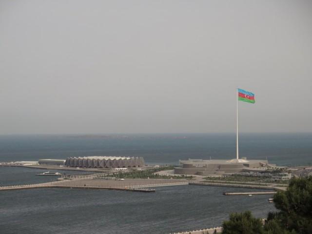 Zdjęcia: Baku, Baku, Widok na Morze Kaspijskie, maszt flagowy i Baki Kristal Zali, AZERBEJDżAN