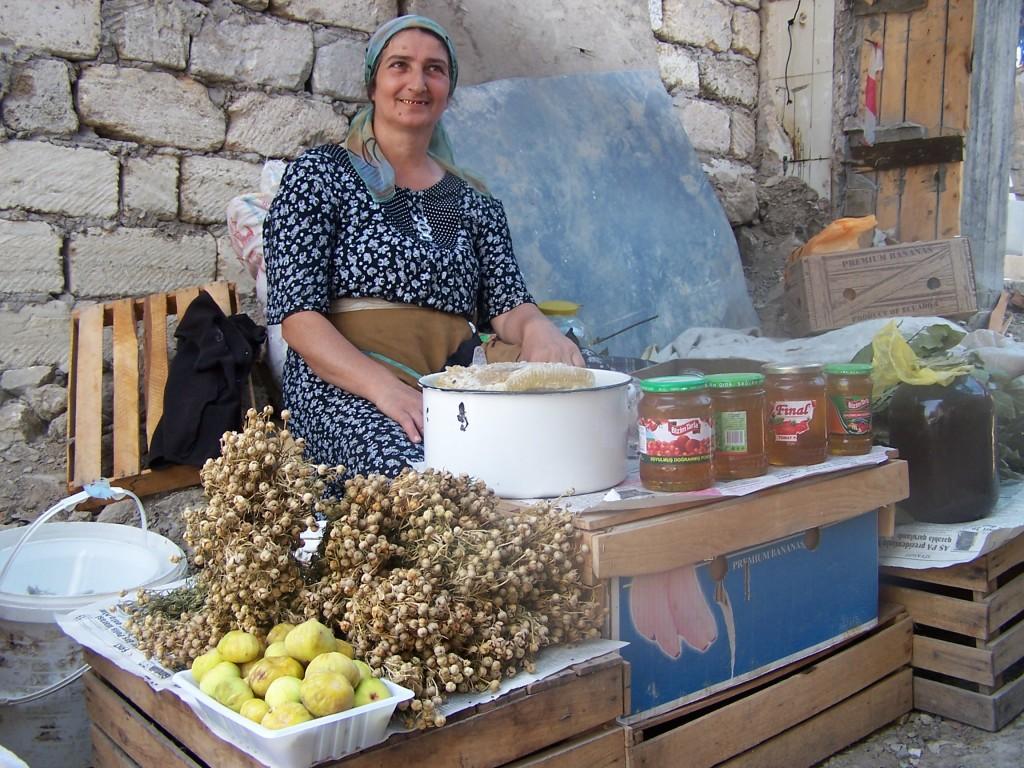 Zdjęcia: Targ, Baku, jedna z dziesięciu kobiet sprzedających na targu, AZERBEJDżAN