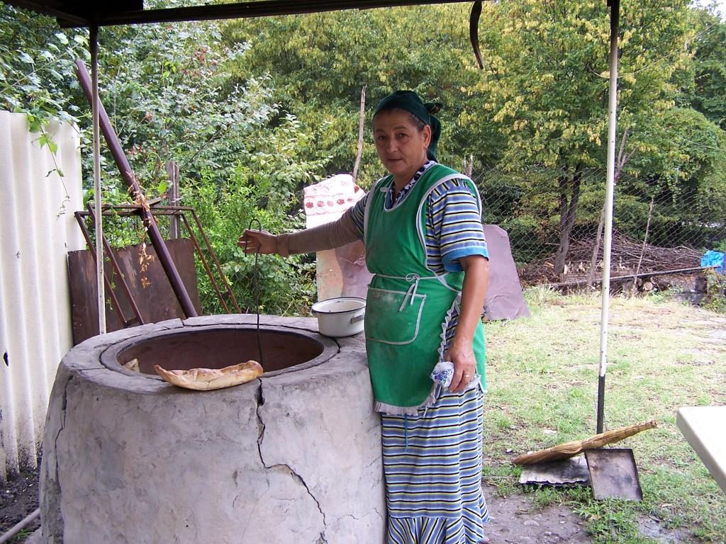Zdjęcia: droga, Qebele, Kobiety wypiekające chlebki II, AZERBEJDżAN