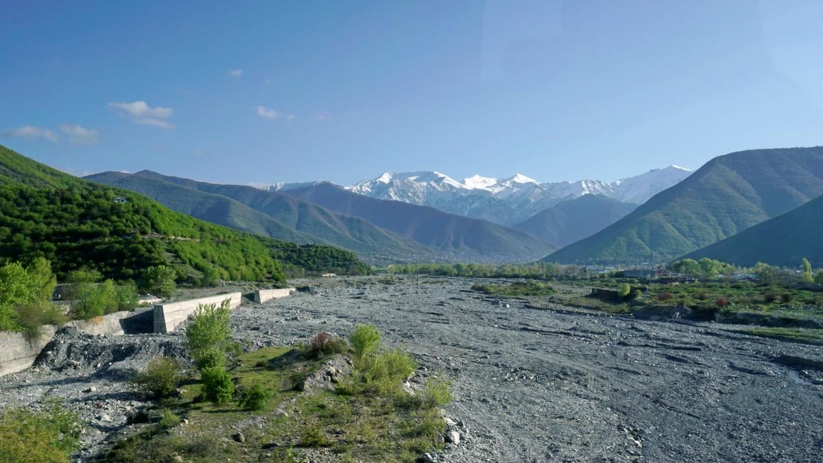 Zdjęcia: Szeki, Szeki, Szerokie koryto jednej z rzek spływających z Kaukazu, AZERBEJDżAN