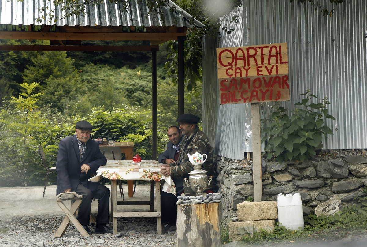 Zdjęcia: Laza, płn. Azerbejdżan, Lezgini przy herbatce..., AZERBEJDżAN