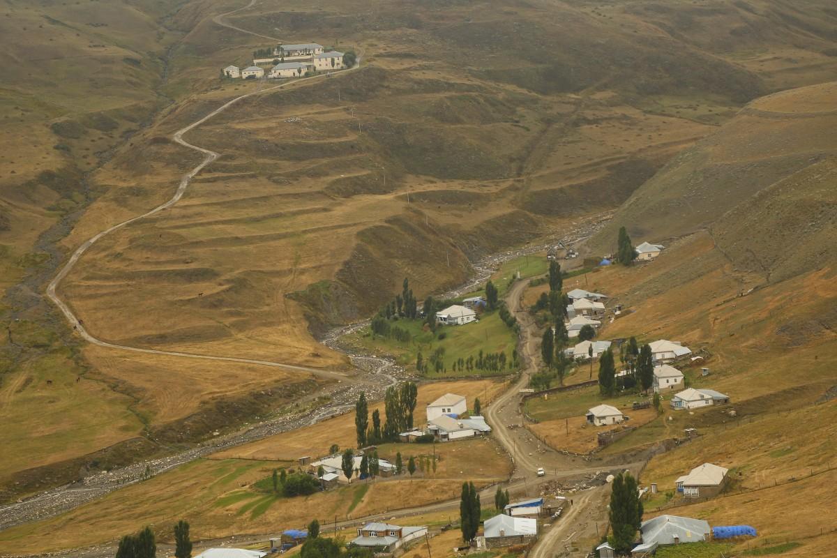 Zdjęcia: Xinaliq (ślady osadnictwa sprzed 5000 lat), płn Azerbejdżan, Xinaliq z górnych tarasów.... 2350 m.np.m., AZERBEJDżAN
