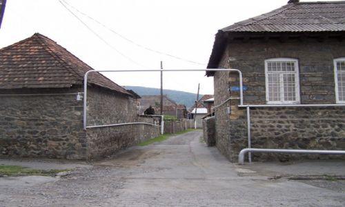 Zdjęcie AZERBEJDżAN / Qax / boczna uliczka / azerska instalacja gazowa