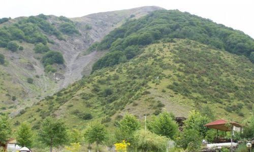 Zdjęcie AZERBEJDżAN / Ilisu / okolice wodospadu / Flagi azerskie są wszędzie nawet w górach