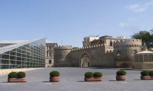 Zdjęcie AZERBEJDżAN / Baku / Baku / Budynek metra oraz Brama Iceri Seher