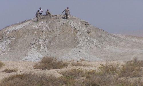 AZERBEJD�AN / Qobustan / pustynia / wulkaniczne spa