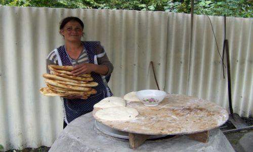 Zdjęcie AZERBEJDżAN / Qebele / droga / kobiety wypiekające chlebki