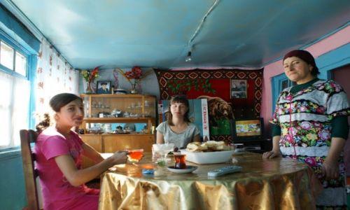 Zdjęcie AZERBEJDżAN / Kaukaz / Chinaliq / nasza Gospodyni z córką