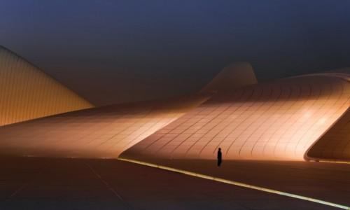 Zdjecie AZERBEJDżAN / Baku / Heydar Aliyev Centre / człowiek w góra