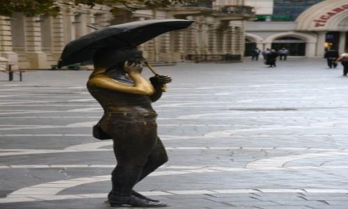 Zdjęcie AZERBEJDżAN / Baki / Baku / Dziewczyna z parasolką
