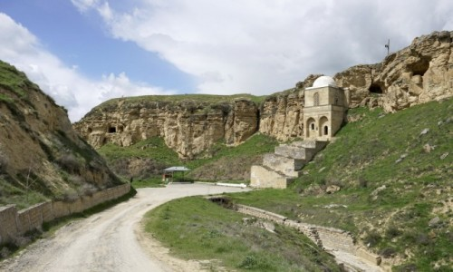 Zdjęcie AZERBEJDżAN / Szirwan / Qobustan / Mauzoleum Diri-Baba w Gobustanie (Mərəzə)
