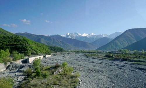 Zdjecie AZERBEJDżAN / Szeki / Szeki / Szerokie koryto jednej z rzek spływających z Kaukazu