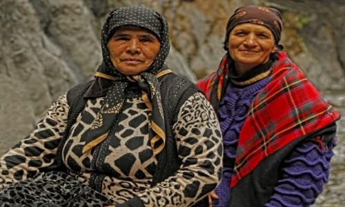 Zdjecie AZERBEJDżAN / płn. Azerbejdżan / wąwóz rzeki Ilisu, czekając w kolejce do bani... / Babuszki...