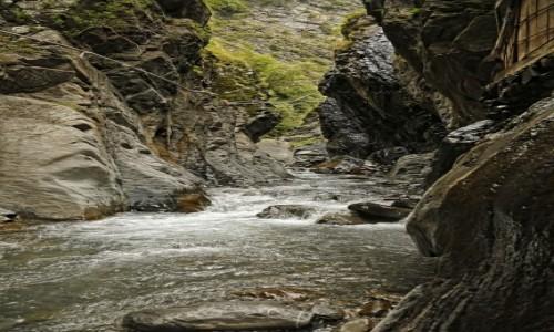 Zdjecie AZERBEJDżAN / płn. Azerbejdżan / wąwóz rzeki Ilisu, do Rosji 5 km, na górze po prawej widać kawałek bani... / Wąwóz Ilisu
