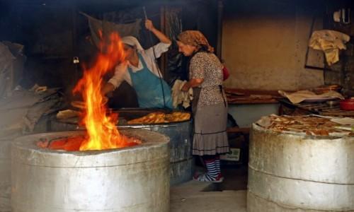 Zdjecie AZERBEJDżAN / płn. Azerbejdżan / Saki / Pieczenie chlebka....