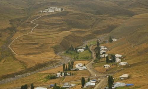AZERBEJDżAN / płn Azerbejdżan / Xinaliq (ślady osadnictwa sprzed 5000 lat) / Xinaliq z górnych tarasów.... 2350 m.np.m.