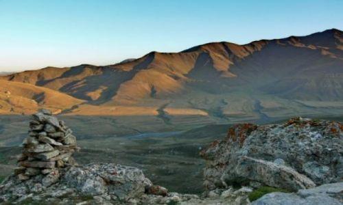 AZERBEJDżAN / Wielki Kaukaz / Widok ze zboczy Szachdagu na leżącą poniżej dolinkę. / Wielki Kaukaz