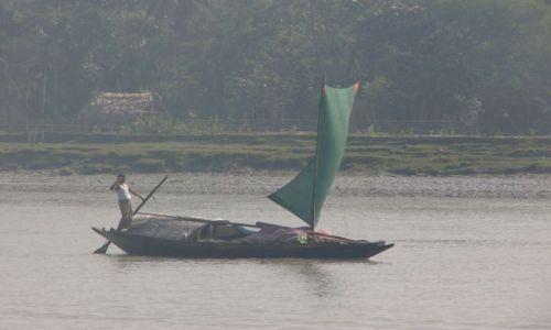 BANGLADESZ / Bagerhat / Nad rzeką / Towarowy transport rzeczny