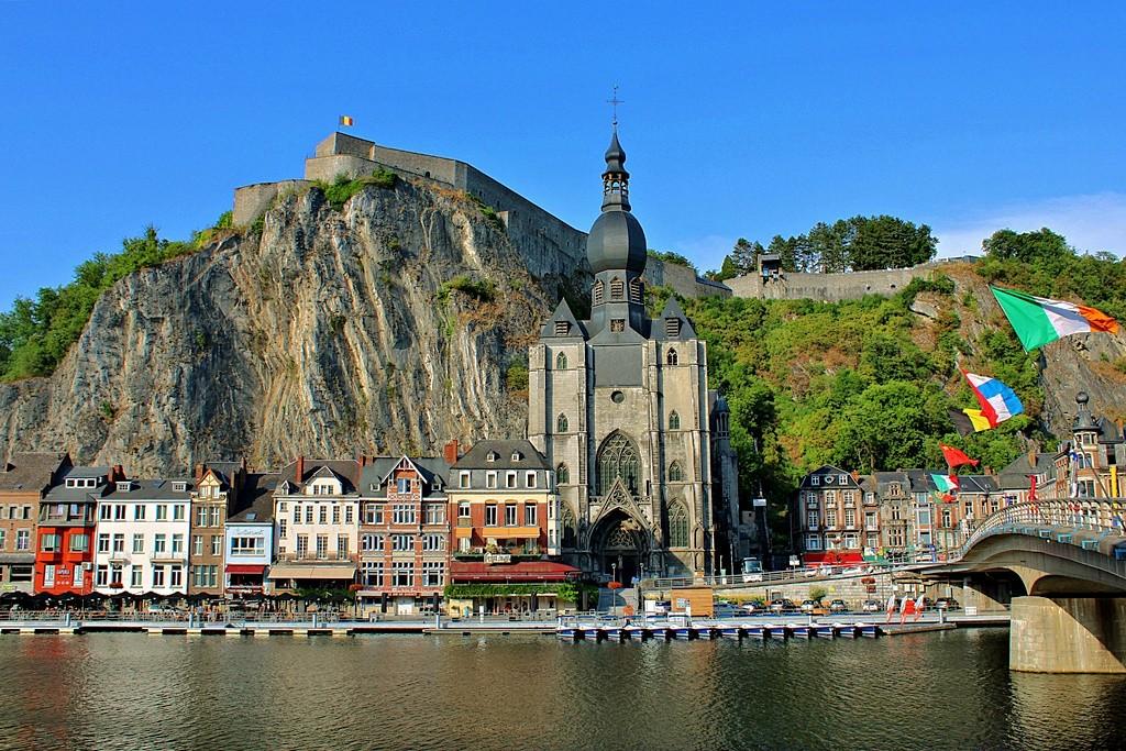 Zdjęcia: Dinant, prowincja Namur, Miasteczko oparte o skały, BELGIA