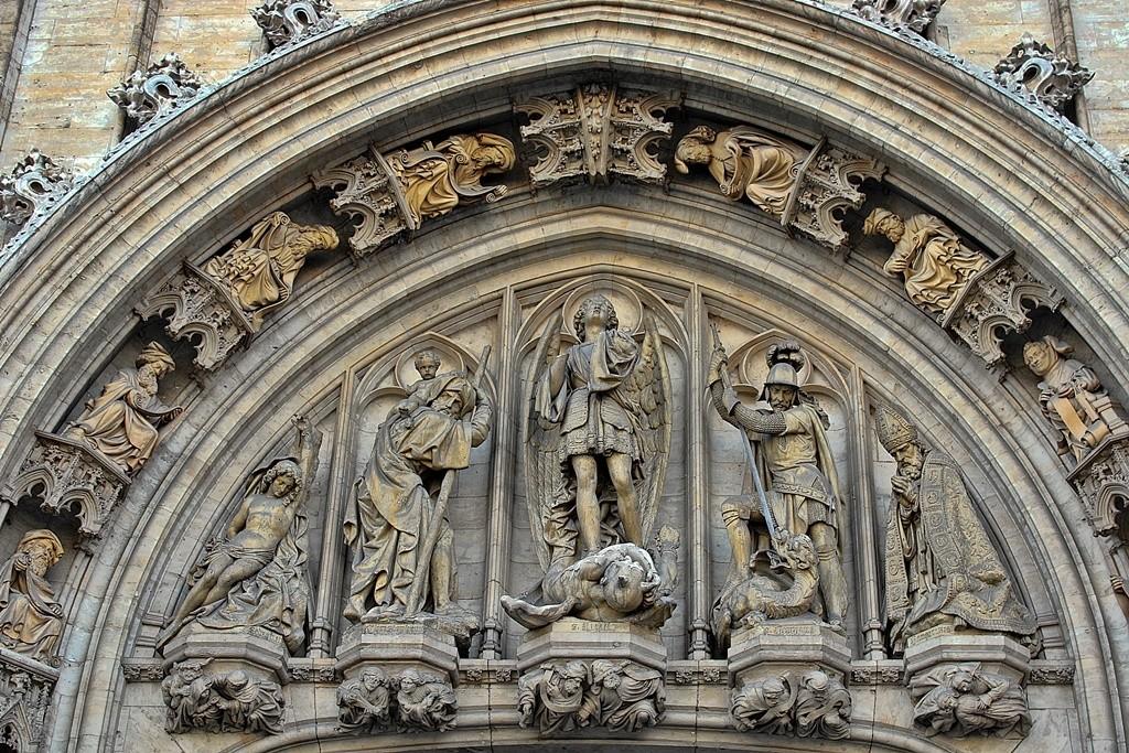 Zdjęcia: Bruksela, W tympanonie portalu głównego ratusza, BELGIA