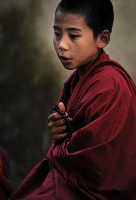Zdjęcia: Jeden z klasztorów w Bhutanie, Azja, jeden z wielu młodych mnichów, BHUTAN