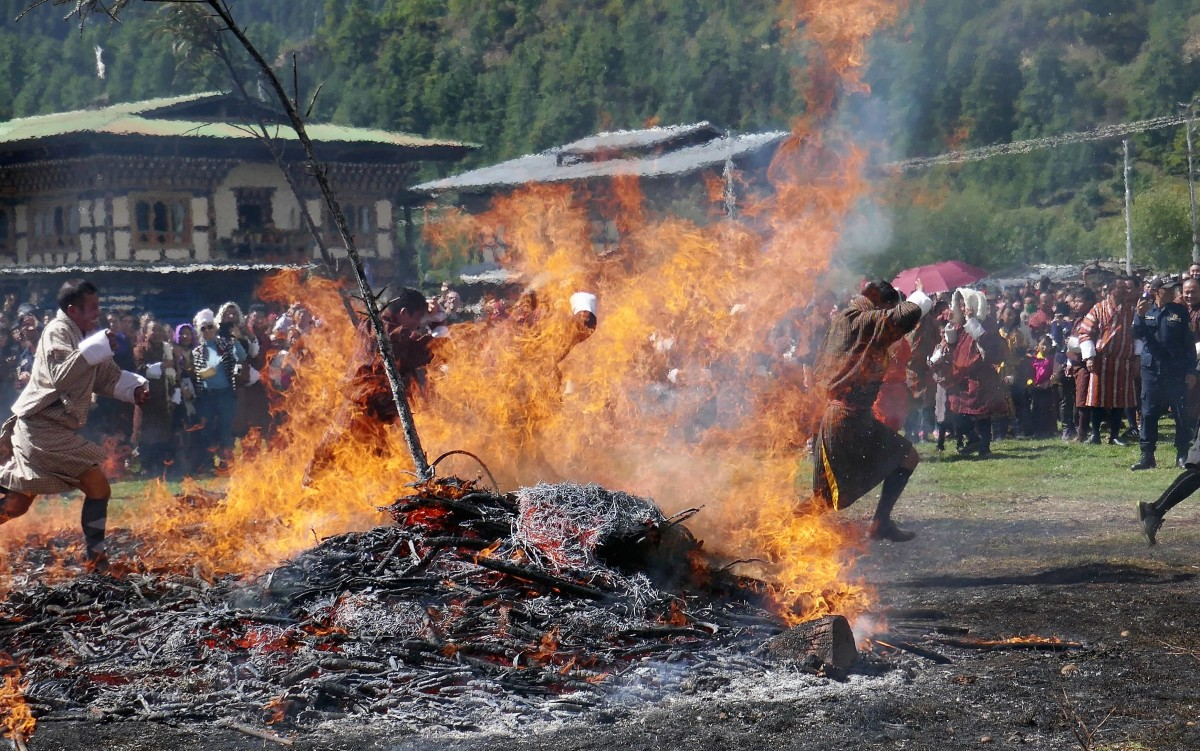 Zdjęcia: Tangbi Lhakhang, Bumthang, Przebiegnięcie przez ogień podczas Tangbi Mani oczyszcza z grzechów, BHUTAN