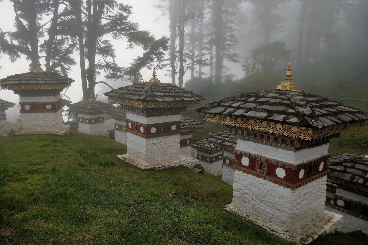 Zdjęcia: Himalajska przełęcz na wysokości 3050 m n.p.m., Droga pomiędzy Thimpu i Punakha, Mistyczna atmosfera Dochula pass, BHUTAN