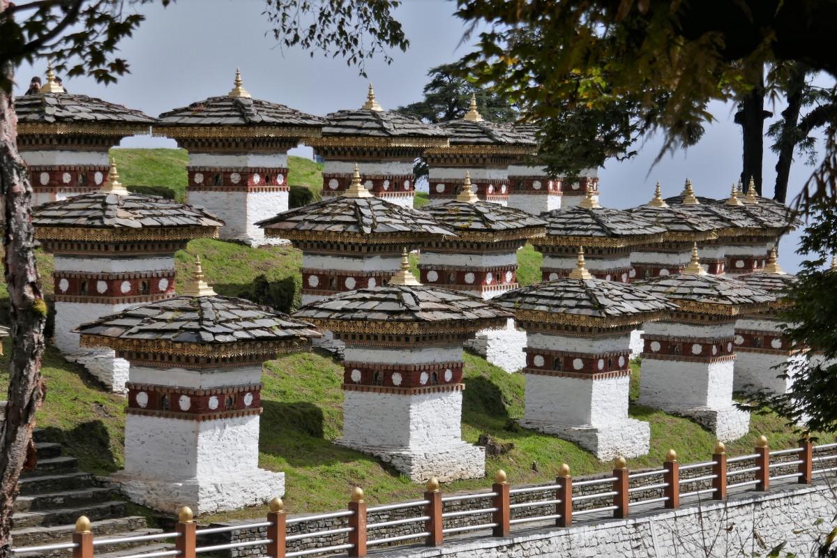 Zdjęcia: Przełęcz Dochula, Druk Łangjal, Droga z Thimpu do Punakha, 108 czortenów upamiętniających męstwo Bhutańczyków, BHUTAN