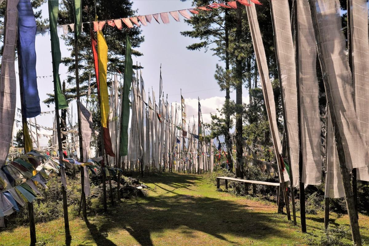 Zdjęcia: Jedna z himalajskich przełęczy, Bumthang, Miejsce pochówków; trzepoczące na wietrze białe flagi wysyłają modlitwy do nieba, BHUTAN