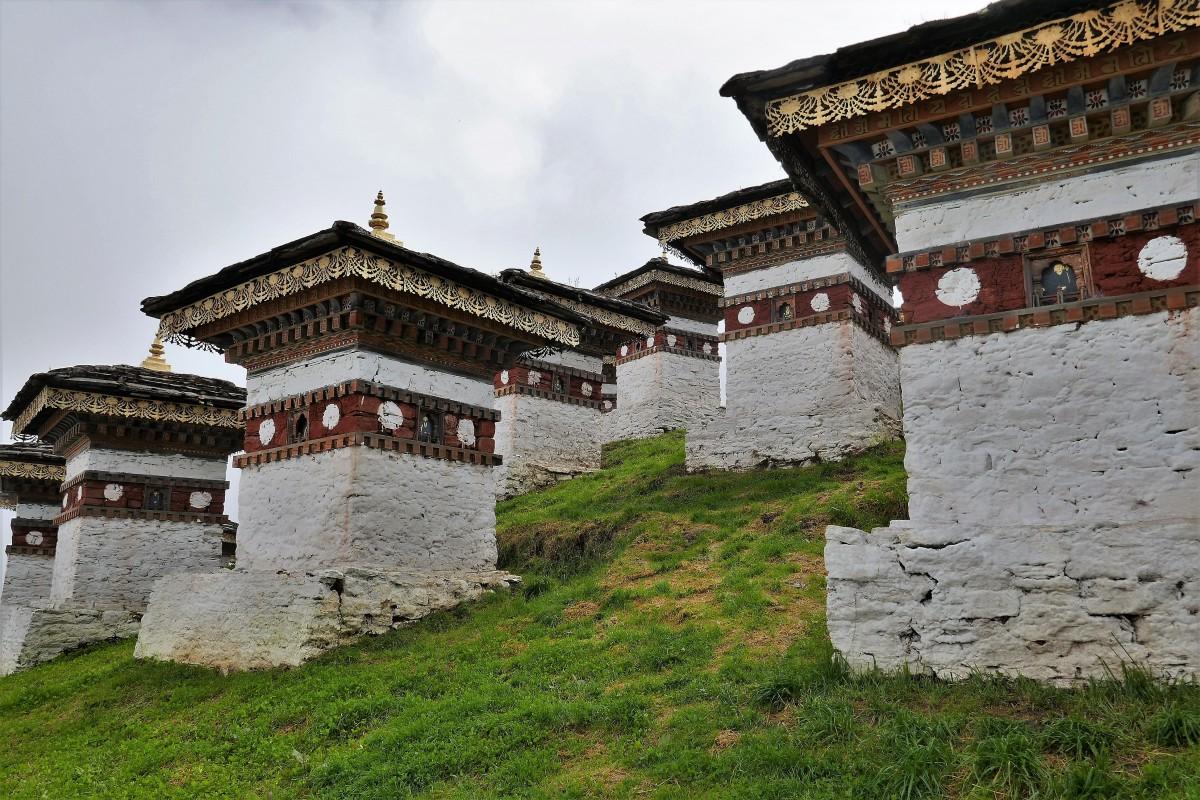 Zdjęcia: Przełęcz Dochula, Droga z Thimphu do Punakha, Kilka ze 108 czortenów wzniesionych przez królową matkę, BHUTAN