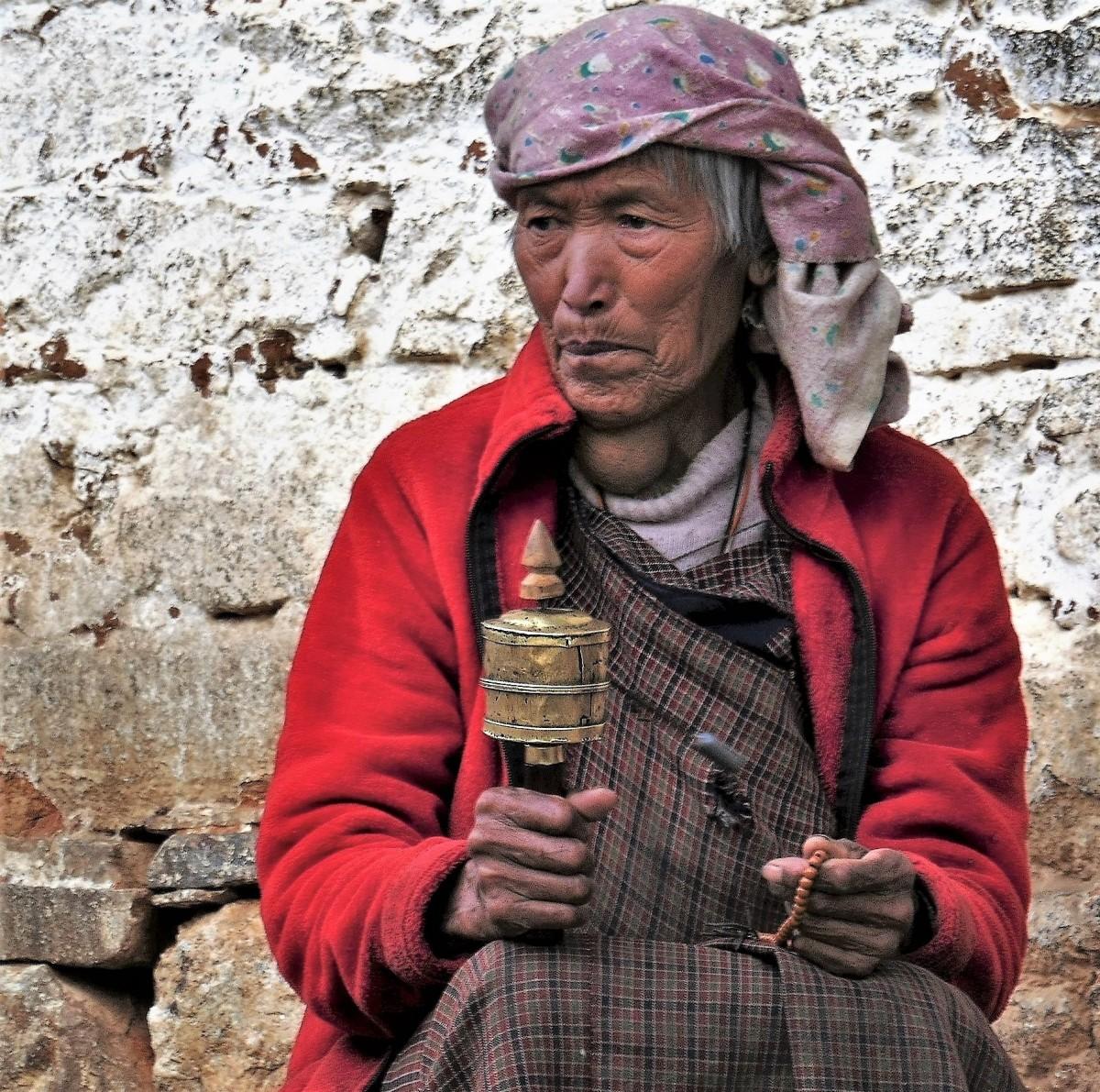 Zdjęcia: Pod murem jednej za świątyń, Thimphu, Wierzę w ..., BHUTAN