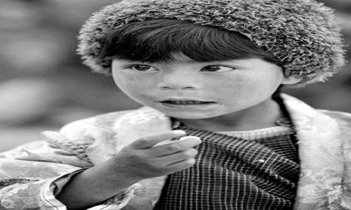Zdjecie BHUTAN / Azja / Bhutan / Dziewczynka 2