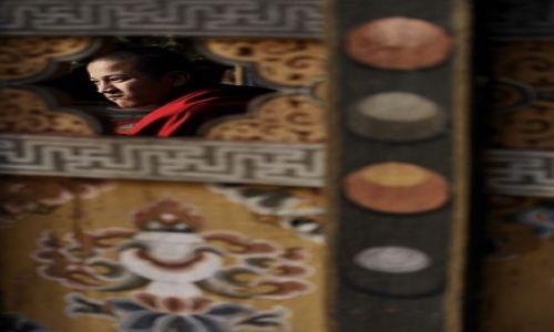 Zdjecie BHUTAN / Azja / Jeden z klasztorów w Bhutanie / Przez dziurkę n