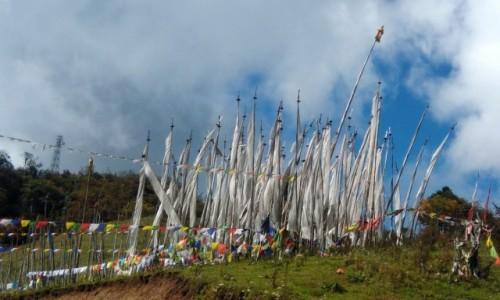 Zdjęcie BHUTAN / Bhutan / Wiele wietrznych miejsc, wyznaczonych przez lamów / Białe chorągwie żałobne