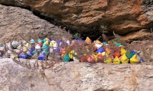 Zdjecie BHUTAN / Bhutan środkowy / Może być gdziekolwiek w Bhutanie / Cmentarz- ale to nie świeczki...