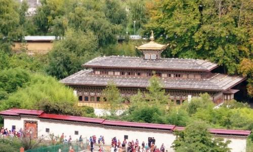 Zdjecie BHUTAN / Thimpu / Widok z klasztoru żeńskiego w Thimpu / Na tle innych bhutańskich budowli pałac królewski niczym się nie wyróżnia