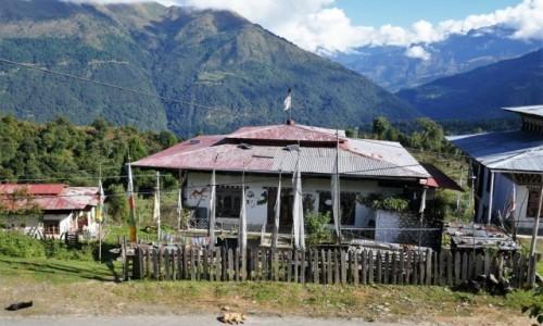 Zdjecie BHUTAN / Bhutan centralny / Gdzieś po drodze / Jeszcze kilka bhutańskich domków