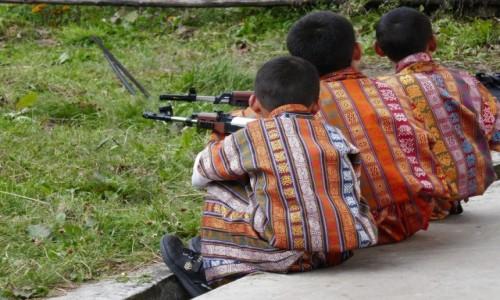 Zdjecie BHUTAN / Bumthang / Tangbi Lhakhang / Chłopięce zabawy