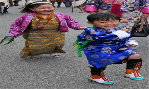 Zdjecie BHUTAN / Thimpu / Thimpu Tsechu / Dziewczynka w tradycyjnym stroju - kira, chłopczyk w gho
