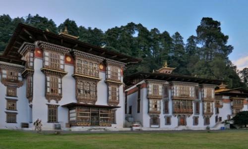 BHUTAN / Bumthang / Teren świątyni / Kurjey Lakhang