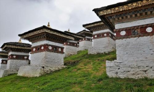 Zdjecie BHUTAN / Droga z Thimphu do Punakha / Przełęcz Dochula / Kilka ze 108 czortenów wzniesionych przez królową matkę