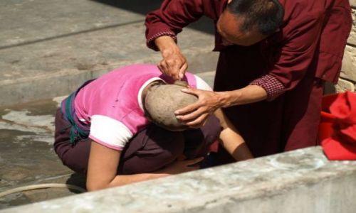Zdjecie BHUTAN / brak / Bhutan Zachodni - Thimphu / Golenie głowy mniszce w żeńskim klasztorze