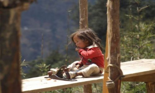 Zdjecie BHUTAN / brak / Przełęcz Pulala / Dziewczynka siedząca