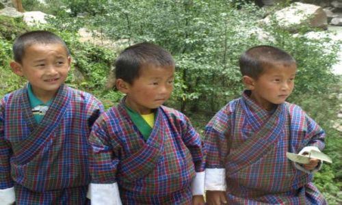 BHUTAN / brak / Bhutan Zachodni / Dzieci w strojach narodowych udają się do szkoły