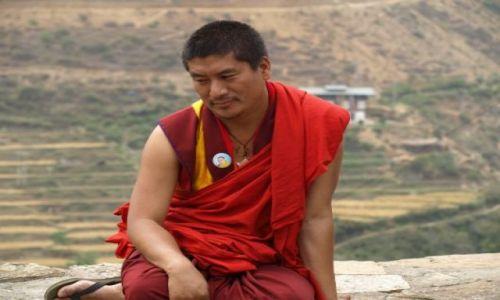 Zdjęcie BHUTAN / brak / Bhutan Zachodni / Zamyślony mnich bardzo chętnie pozował do zdjęć