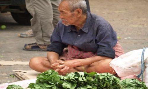 Zdjęcie BHUTAN / brak / Bhutan Środkowy / Staruszek handlujący na rynku