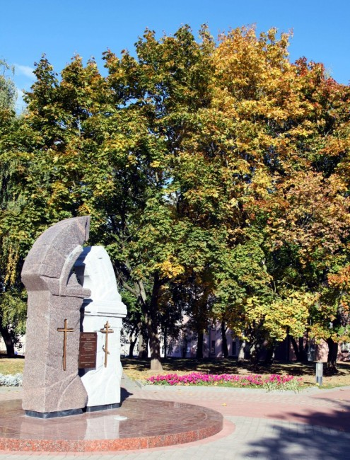 Zdjęcia: Plac po kościele Najświętszej Maryi Panny, Grodno, Obelisk w kształcie zburzonego łuku, BIAłORUś