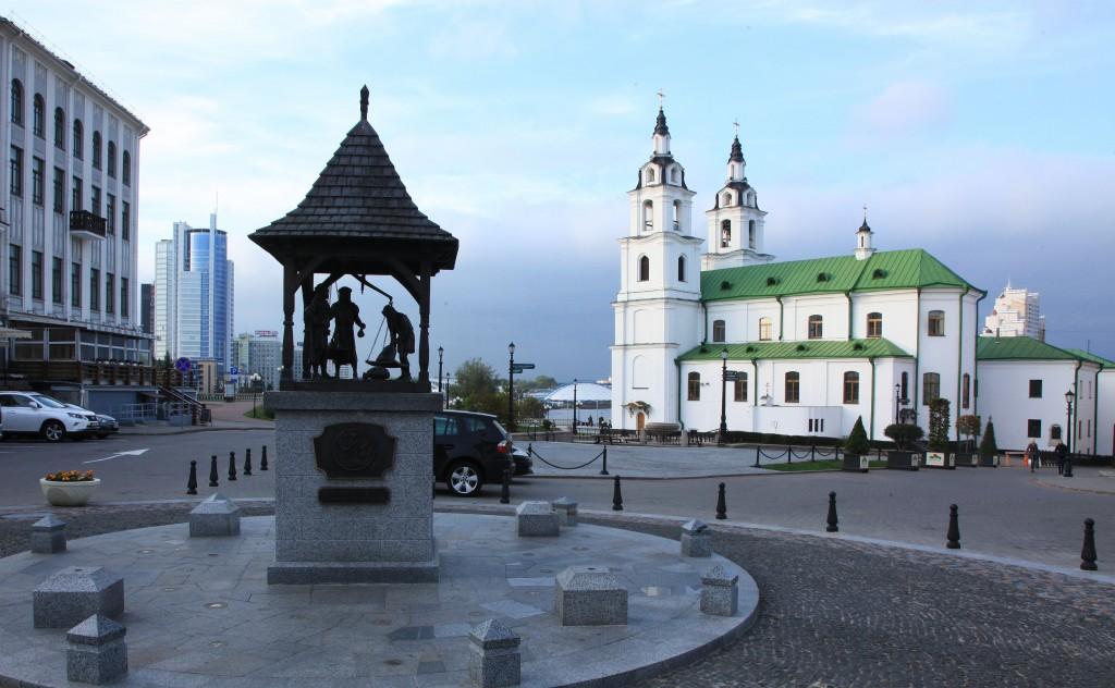 Zdjęcia: Plac Wolności, Mińsk, Unicka cerkiew Św. Ducha, z prawej, BIAłORUś